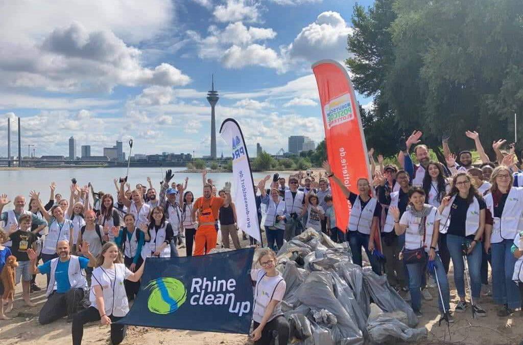 RhineCleanUp in Düsseldorf – 3000 Müllsammler räumen am Rhein auf